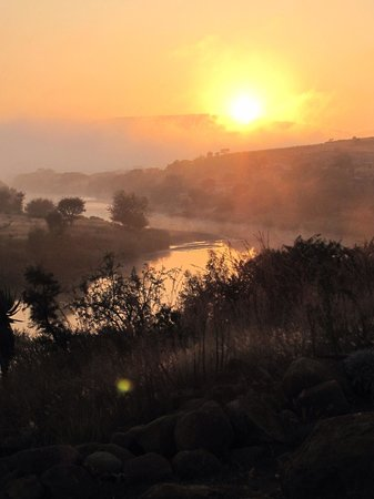 Rorke's Drift Hotel: Sunset from the hotel over the Buffalo River.