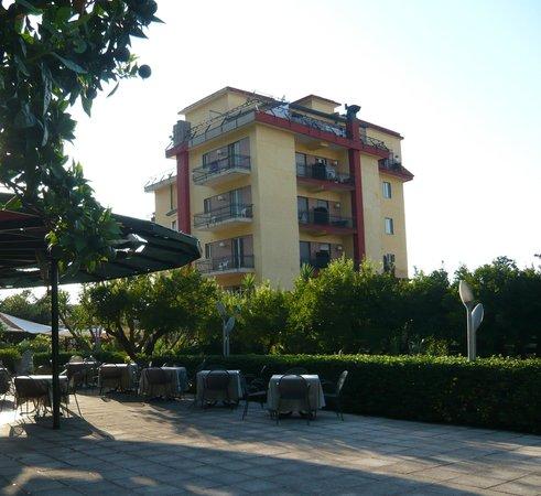 Hotel Parco: l'hotel visto dal giardino