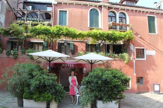 Hotel Locanda Fiorita: Breakfast area with hotel behind