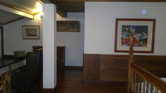 Pousada Do Mondego : Area do quarto, detalhe da madeira e grande tamanho do quarto!