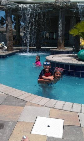 Wyndham Vacation Resorts Towers on the Grove: kids at the pool