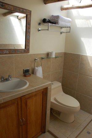 Second Home Cusco : Clean bathroom.