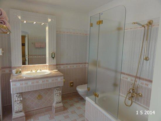 Schlosshotel Roemischer Kaiser : Bathroom