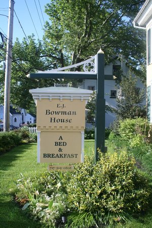 EJ Bowman House Bed and Breakfast : Sign in front of home