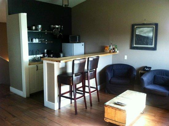 Inn at Discovery Coast: Beach House Loft Kitchen Bar