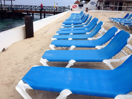 El Cid La Ceiba Beach Hotel: Nice set up to relax and get drinks/food served to you