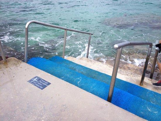 El Cid La Ceiba Beach Hotel: Walkway to ocean to snorkel, a must!