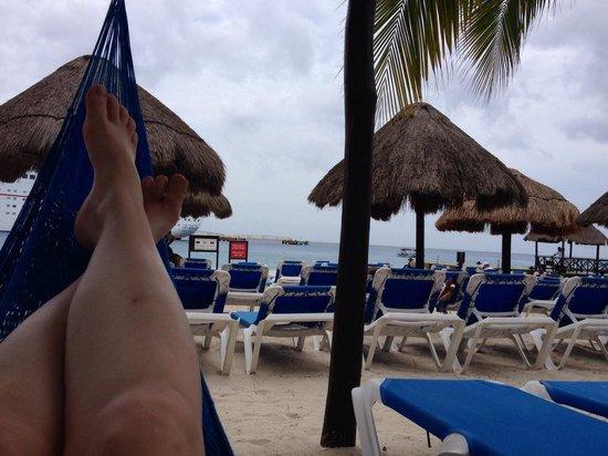 El Cid La Ceiba Beach Hotel: View from back of beach area, hammocks too!
