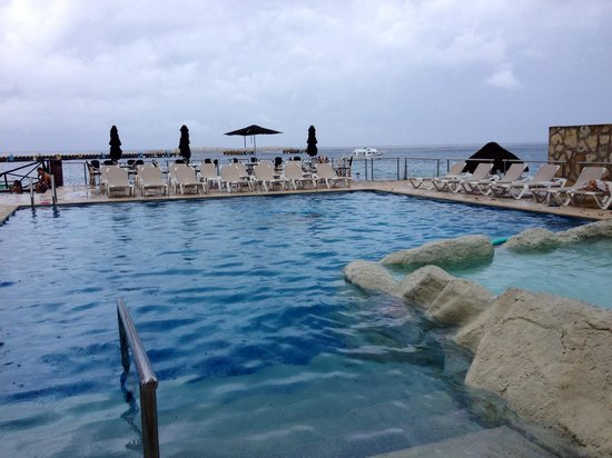 El Cid La Ceiba Beach Hotel: Nice pool, kiddy pool on right, jacuzzi bar not in view to left