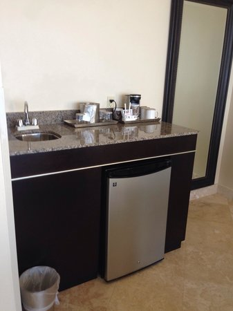Radisson Suite Hotel Oceanfront: Mini Wet Bar