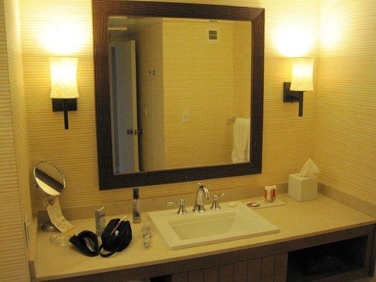 Tropicana Las Vegas - A DoubleTree by Hilton Hotel : Bathroom sink