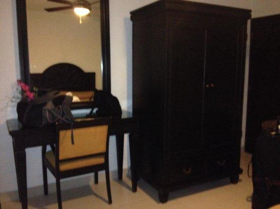 Hotel del Sol: Furniture