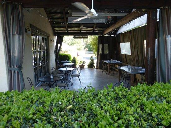 Alchemy Market and Cafe: Nice patio