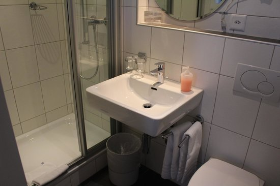 Carlton-Europe Hotel: Bathroom