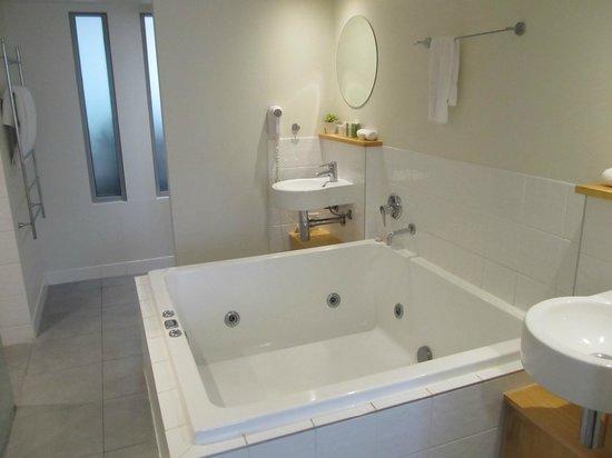 Peppers Airlie Beach: Bathroom