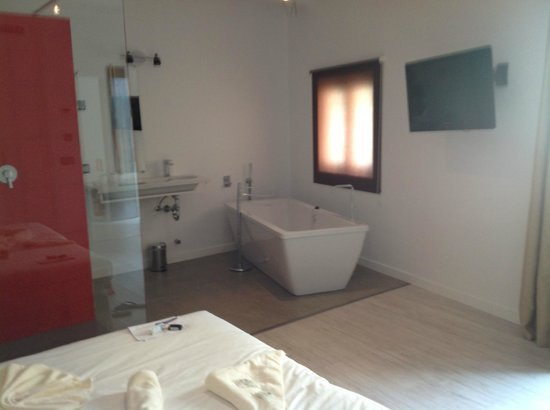 Alcudia Petit Hotel: Sink and bathtub/TV