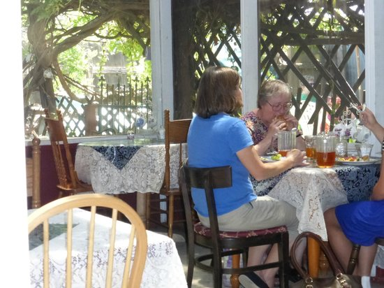 Columbia Kate's Teahouse: Ladies enjoying lunch on the enclosed patio