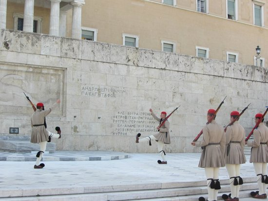 Athens Walking Tours : Parliament changing of the guards