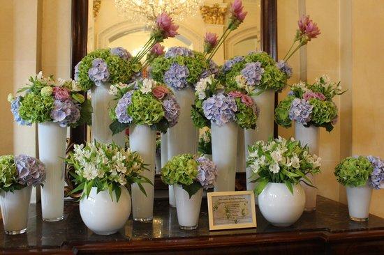 The Shelbourne Dublin, A Renaissance Hotel: Lobby Flowers