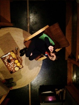 """Hotel Cirilo Armstrong : Quarto, terreo visto desde o mezanino - onde fica a cama e o banheiro. Ah, e sobre a mesa, a """"ta"""