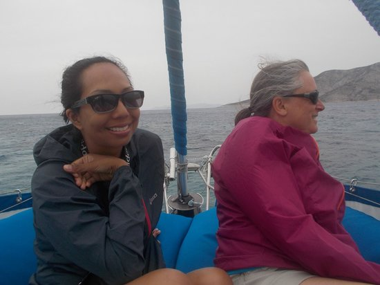 Náxos, Griekenland: Me and my friend at the front of the boat (best seat)