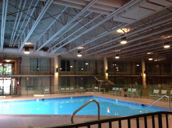 Knights Inn Emporia: Indoor outdoor pool and big open area