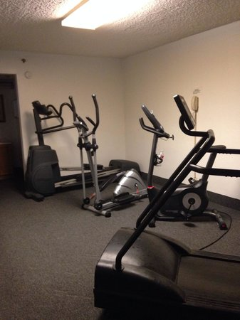 Knights Inn Emporia: Small gym area