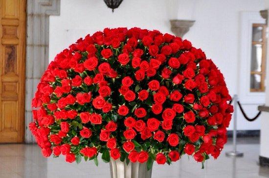 Palais du Gouvernement de l'Équateur : Arreglo floral enorme