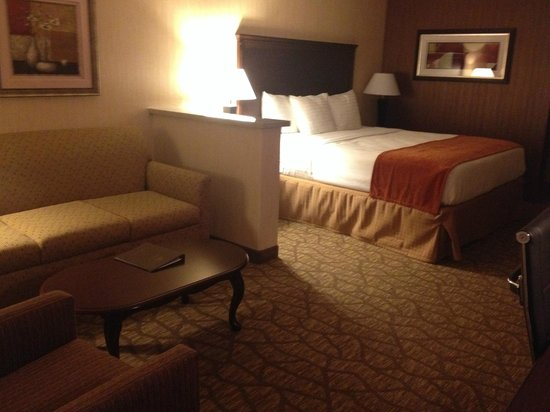 Best Western San Dimas Hotel & Suites: sitting area & bed