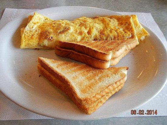 AJ's Restaurant & Lounge : crispy omelet and toast