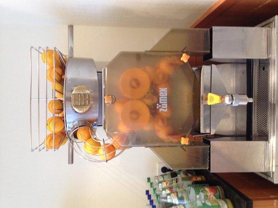 Hotel Mercure Munich Altstadt: Freshly squuesed Orange Juice machine