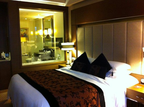 Sofitel Macau At Ponte 16 : Nice size room with a very clean and spacious bathroom