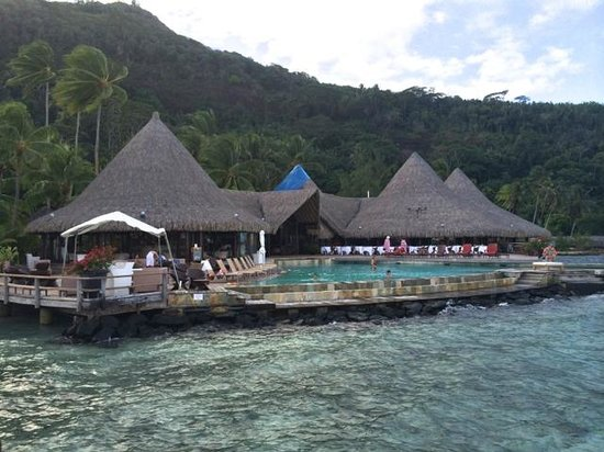 Sofitel Bora Bora Marara Beach Resort: Looking form the pier to the main building- bar, lobby and restaurant