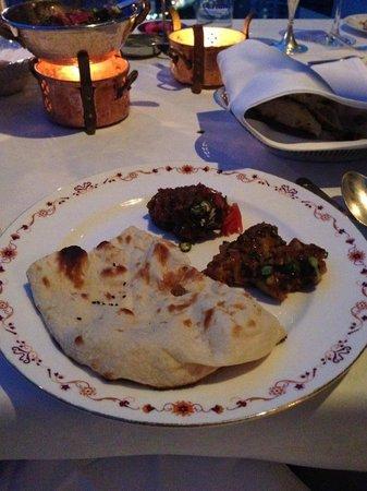 Rang Mahal Restaurant: 私はナンが好きなので、いつもカレーを2種類とガーリックナンを注文します。