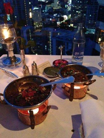 Rang Mahal Restaurant: カレーは冷めないように、このように温めてくれます。