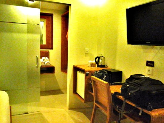 Arana Suite Hotel: The bedroom and the entrance to bathroom