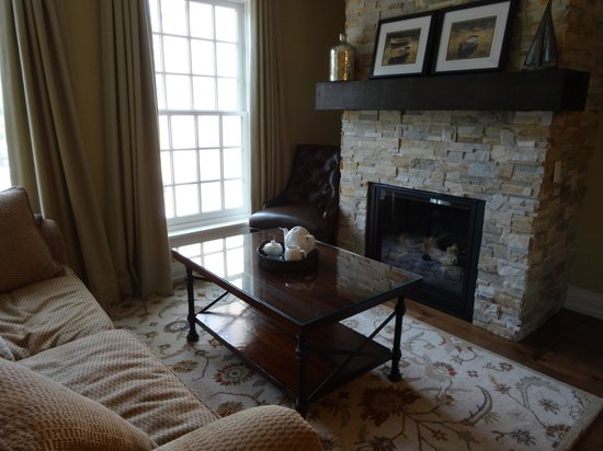 124 on Queen Hotel and Spa : Cozy gas fireplace in the Living Room