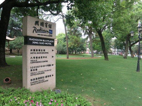 Radisson Blu Plaza Xingguo Hotel Shanghai: 大片綠地