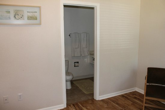 Clear Lake Cottages & Marina: The view when you open the door, this is the bathroom