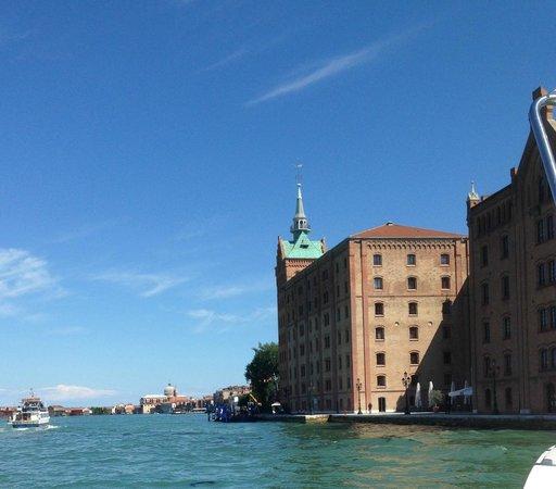 Hilton Molino Stucky Venice Hotel: Hotel from the boat