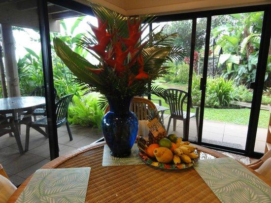 Maui Tradewinds: Wonderful floral arrangement in suite