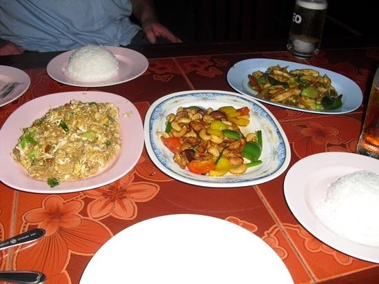 LuLum : rice noodles, cashew chicken and chicken with green curry sauce