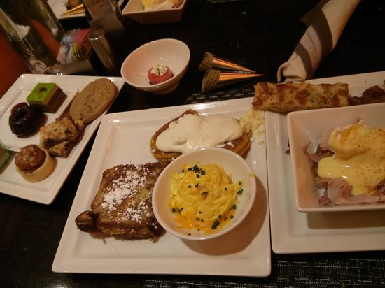Wicked Spoon: So many dishes! So much good stuff here!