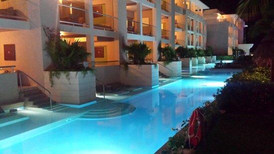 Paradisus Playa del Carmen La Perla: Night view of swim ups