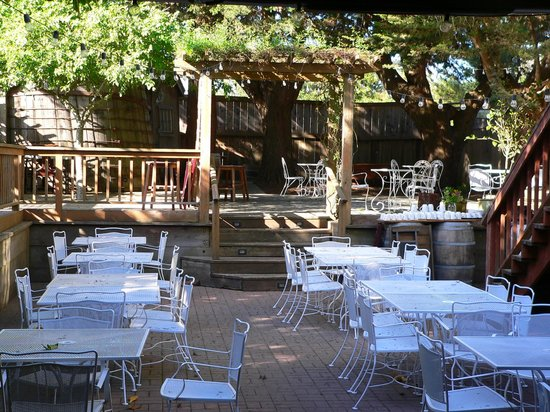 Valley Ford Hotel: Awesome outdoor back patio dining area