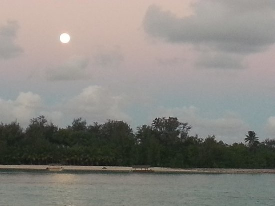 Pacific Resort Rarotonga: Moonrise over the motu