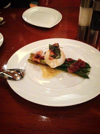 La Scala: Burrata Cheesです。アスパラの甘みとベーコンの塩けとのバランスが良いです