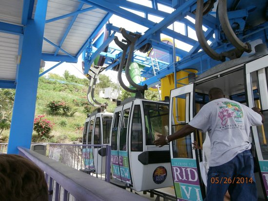 Skyride to Paradise Point: at the bottom, getting on tram
