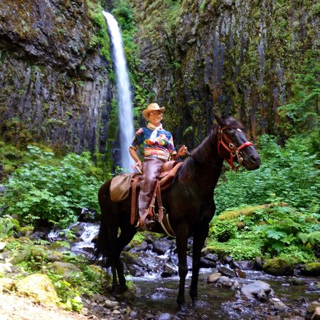 Double Mountain Ranch : Pacific crest trail near cascade locks We have the permit to guide you to this waterfall !!