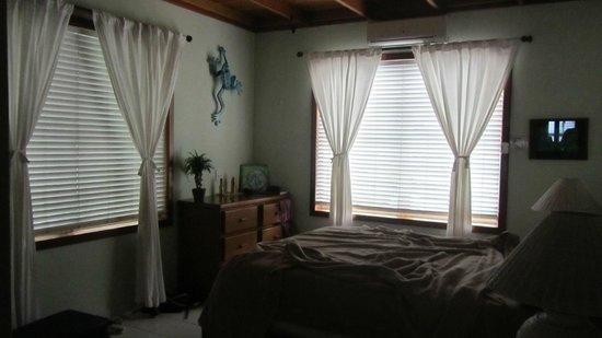 Coral Bay Villas: bedroom